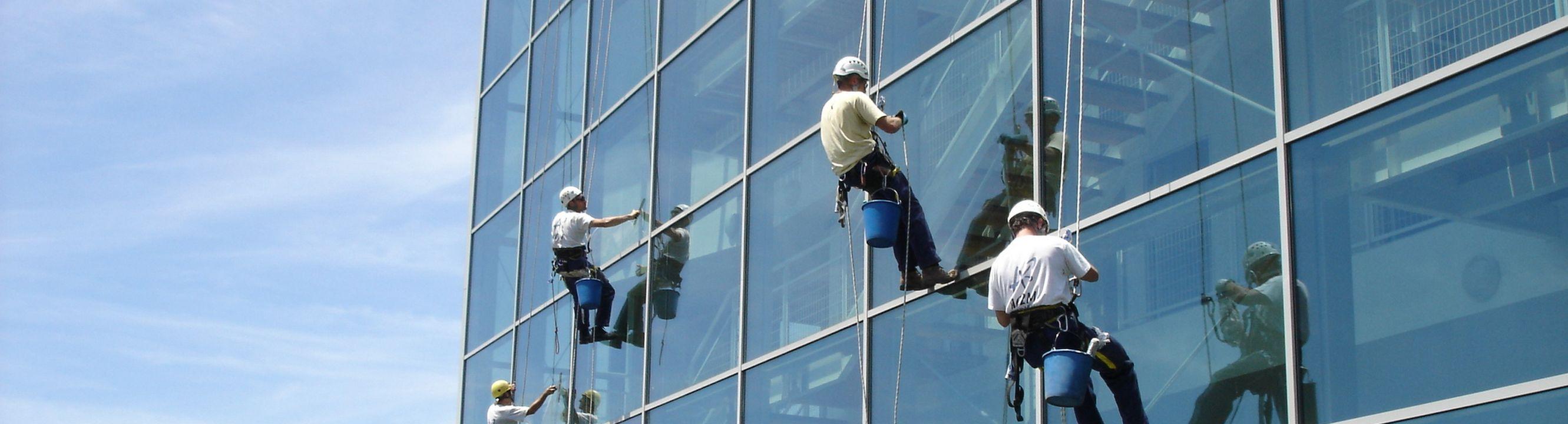 technicien cordiste urbain laveur de vitre pause de filet 68